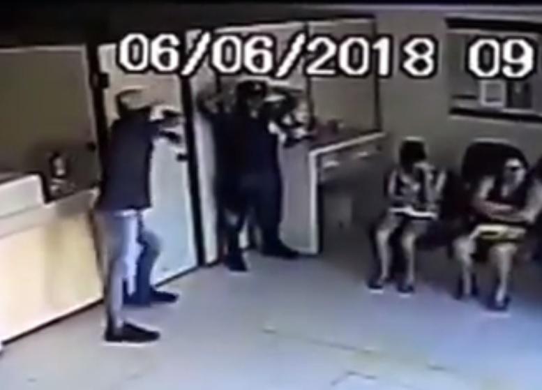 Resultado de imagem para Vídeo flagra quando homens rendem vigilante e roubam Correios na PB; assista
