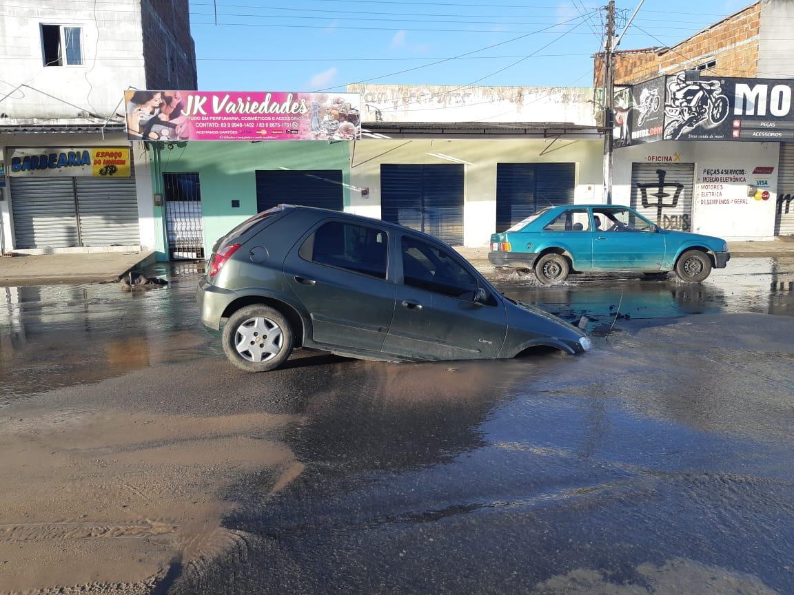 Resultado de imagem para Carro é 'engolido' por cratera após vazamento em João Pessoa; assista vídeo