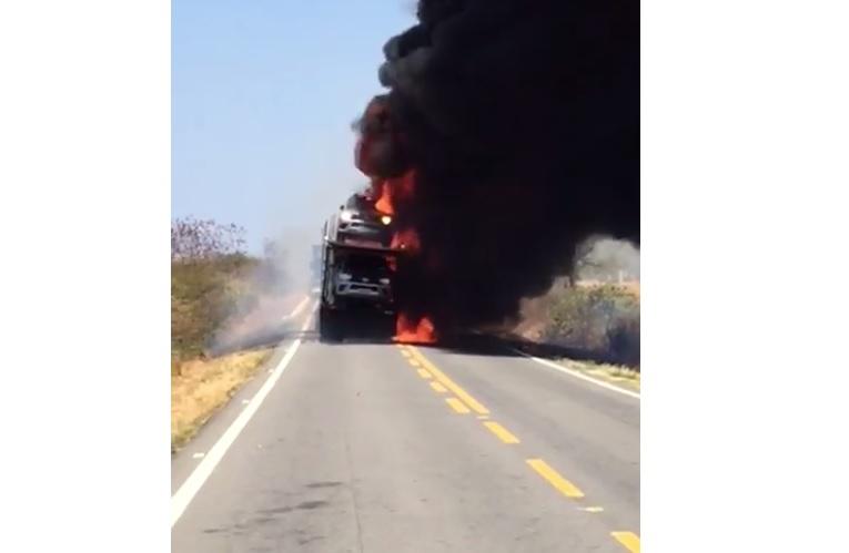 Resultado de imagem para Incêndio em caminhão-cegonha destrói carros de luxo no interior da Paraíba