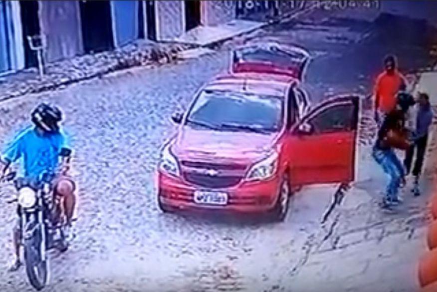 Resultado de imagem para Câmera registra momento em que bandidos assaltam moradores na porta de casa na PB; veja