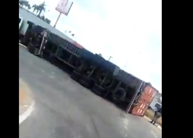 Resultado de imagem para Motorista força capotamento de carreta para não invadir pista contrária na BR-101; vídeo