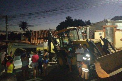 Resultado de imagem para Retroescavadeira falta combustível e destrói casa em João Pessoa; veja vídeo