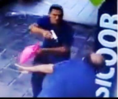 Resultado de imagem para Empresário é rendido em frente de banco e bandido leva saco com dinheiro; assista o flagrante