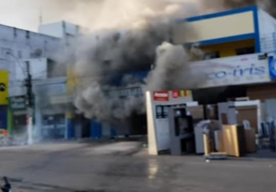 Resultado de imagem para Incêndio destrói depósito de material de construção e casas na Paraíba; veja vídeo